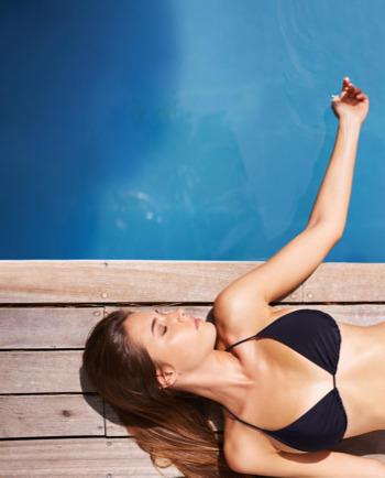 كيف تعتنين ببشرتك أثناء التعرّض لأشعة الشمس والتسمير؟