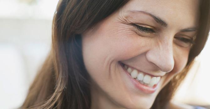 ما هي الأسباب الشائعة لظهور التجاعيد وكيف يمكنك الحؤول دونها؟