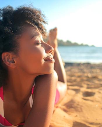 الاعتقدات الخاطئة المتعلّقة بالبشرة: هل تساهم أشعة الشمس في تحسين مشكلة حبّ الشباب؟