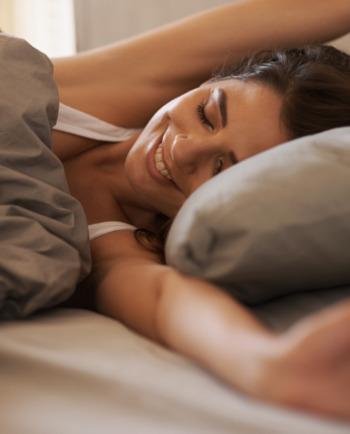 10 نصائح لنوم أفضل وللاستيقاظ مع بشرة مشرقة