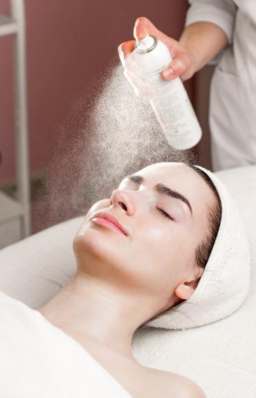 كيف يمكن للمياه الحرارية أن تهدّئ بشرتك بعد جلسة تقشير كيميائي